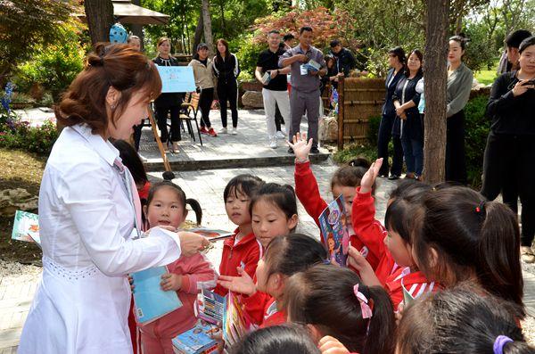 朗朗长安•公益书架首次爱心捐书活动在唐小豆乡村图书馆举行